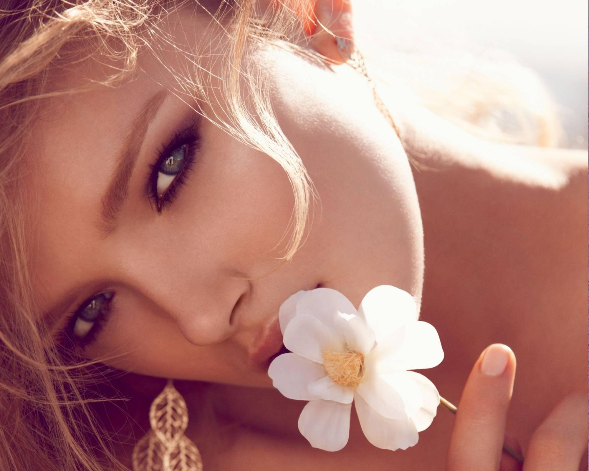 Женщина и цветок